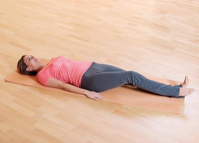 Legen Sie sich mit seitlich abgelegten Armen flach auf eine Matte | Litozin