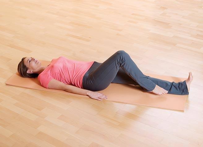 Heben Sie ein Bein leicht an und ziehen Sie die Fußsohle knapp über dem Boden in Richtung Gesäß soweit Sie kommen | Litozin