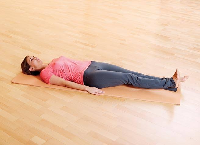 Legen Sie sich mit locker seitlich am Körper liegenden Armen flach auf eine Matte | Litozin